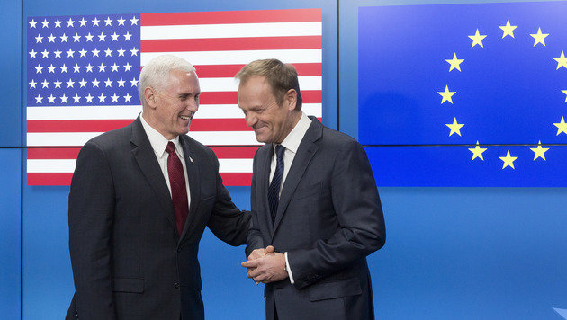 Pence scherzt mit Ratspräsident Tusk. (Bild: ASSOCIATED PRESS)