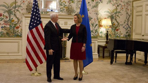 Treffen zwischen Pence und Mogherini in den Räumlichkeiten der US-Botschaft in Brüssel (Bild: ASSOCIATED PRESS)