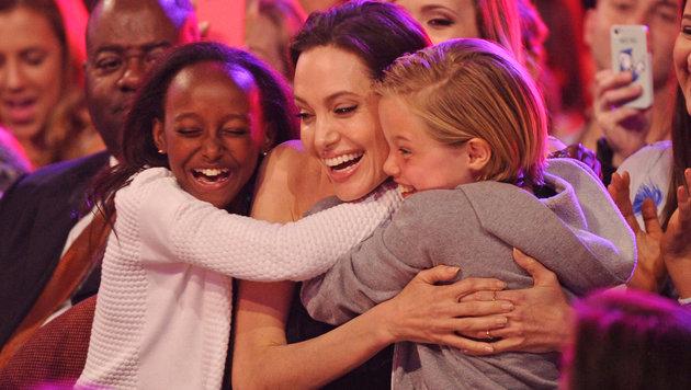 """Zahara Jolie-Pitt, Angelina Jolie und Shiloh Nouvel Jolie-Pitt bei den """"Kids Choice Awards"""" (Bild: MediaPunch/face to face)"""