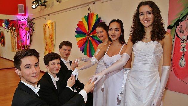 Die drei jungen Tanzpaare freuen sich auf ihren großen Auftritt in Wien. (Bild: Marion Hörmandinger)