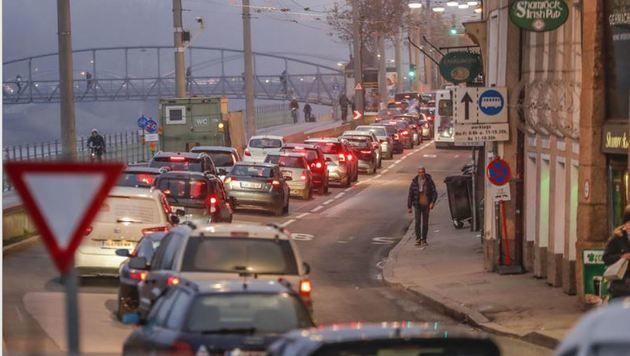 Viel Verkehr in Salzburg, vor allem zur Stoßzeit, hier am Rudolfskai (Bild: Markus Tschepp)
