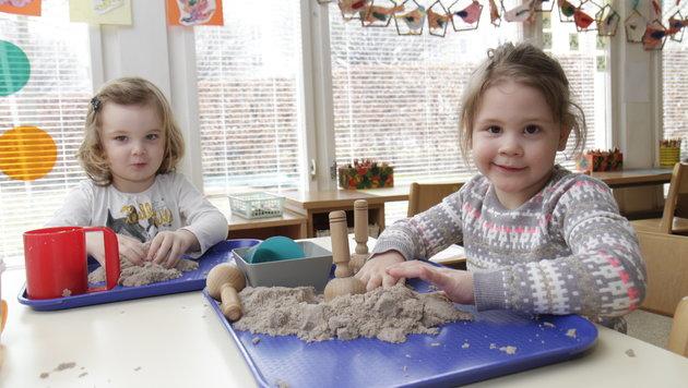 Bei Regenwetter spielen Eleni und Teresa (r.) im Landeskindergarten eben drinnen mit Sand (Bild: Markus Schütz)
