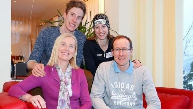 Roswitha und Alois Stadlober fiebern in Lahti mit ihren Kindern Luis und Teresa bei den Rennen mit. (Bild: Gerhard Schiel)