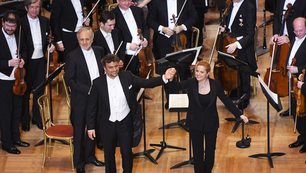Jonas Kaufmann mit Dirigentin Speranza Scappucci (Bild: APA/HERBERT NEUBAUER)