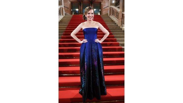 Maria Großbauer glänzte bei ihrem Opernball-Debüt in einer nachtblauen Robe von Armani Privé. (Bild: APA/HELMUT FOHRINGER)