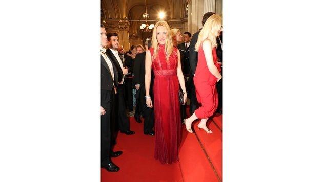 Valentino-Rot: Eva Dichand zog in der Couture-Robe alle Blicke auf sich. (Bild: Starpix/Alexander TUMA)