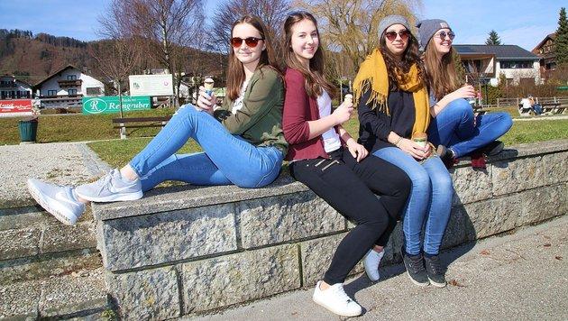 Diese vier jungen Damen genossen Sommertag im Winter in Altmünster das erste Eis des Jahres 2017 (Bild: Marion Hörmandinger)