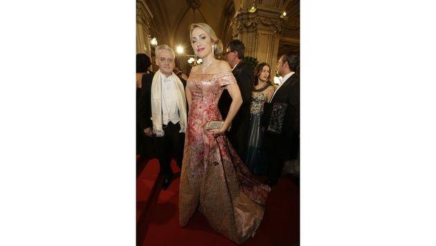 Königliches Brokat aus dem Designhaus Solo Mia: Ekaterina Mucha adelt in dieser Robe den Red Carpet. (Bild: Klemens Groh)