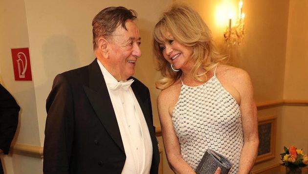 Goldie Hawn plaudert mit ihrem Opernball-Gastgeber Richard Lugner (Bild: Starpix/ Alexander TUMA)