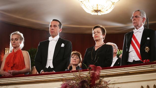 Bundeskanzler Christian Kern mit Ehefrau sowie Bundespräsident Alexander Van der Bellen mit Gattin (Bild: APA/GEORG HOCHMUTH)