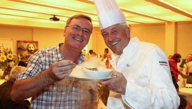 Festmahl-Organisator Christian Rauch mit Alois Gasser vom Verband der Köche Österreichs. (Bild: Neumayr/MMV)