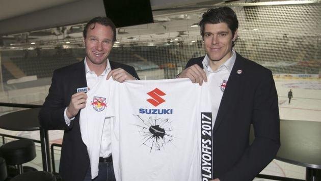Trainer Greg Poss und Kapitän Matthias Trattnig zeigen Gratis-T-Shirt (Bild: Andreas Tröster)