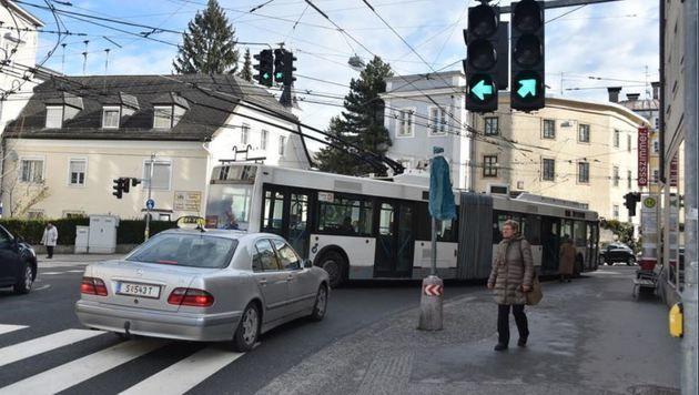Tatort Mülln: Der Bus ragt  beim Halt in die Fahrbahn, Pkw stauen sich trotz Grünphase dahinter. (Bild: Wolfgang Weber)