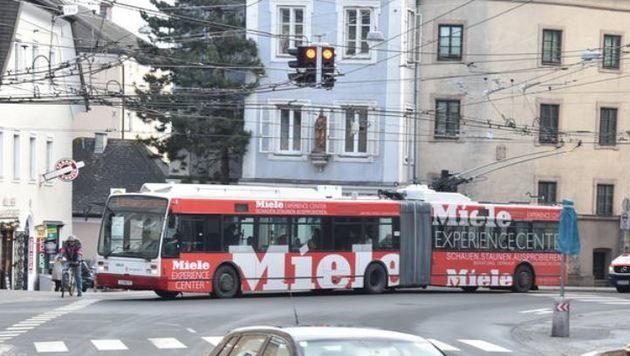 """Mülln:Der Bus blockiert hier  die Weiterfahrt der Rettung - obwohl sie """"Grün"""" hat. (Bild: Wolfgang Weber)"""