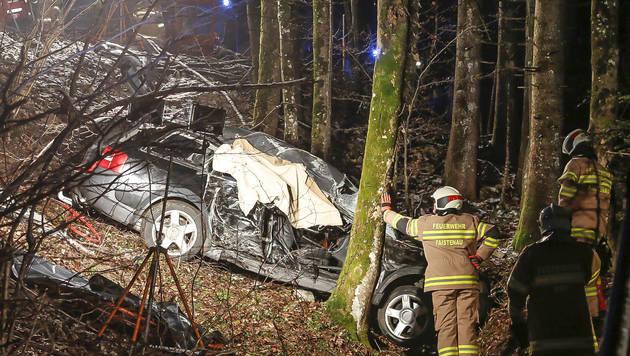 Die Feuerwehr kurz nach dem Unfall beim Wrack: Die Einsatzkräfte mussten die Nerven bewahren. (Bild: Markus Tschepp)
