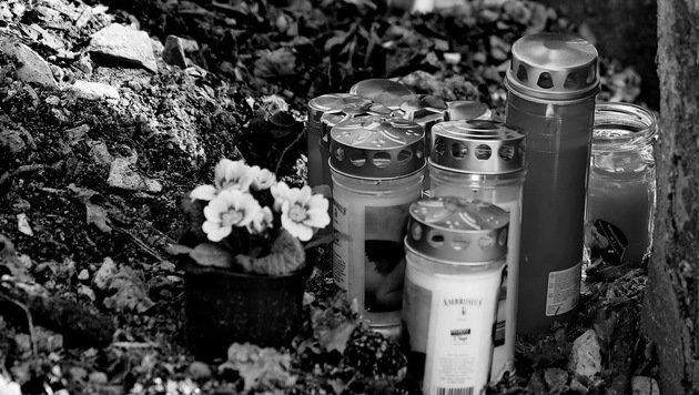 Die Freunde der Verunglückten stellten Kerzen auf, dazu legten sie Blumen. (Bild: aktivnews)
