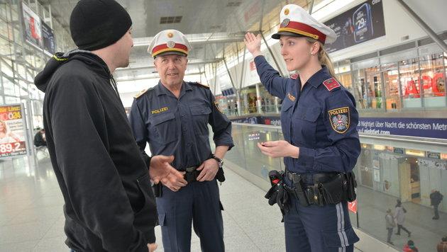 Chefinspektor Christian Brunner und Revierinspektor Jaqueline Hintzinger von der PI Linz-Bahnhof. (Bild: Johann Haginger)