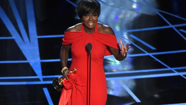 "Strahlende Siegerin: Viola Davis bekam den Oscar als beste Nebendarstellerin in ""Fences"". (Bild: Chris Pizzello/Invision/AP)"