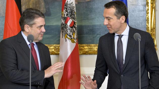 Sigmar Gabriel und Christian Kern im Rahmen eines Treffens im Bundeskanzleramt in Wien (Bild: APA/HERBERT NEUBAUER)