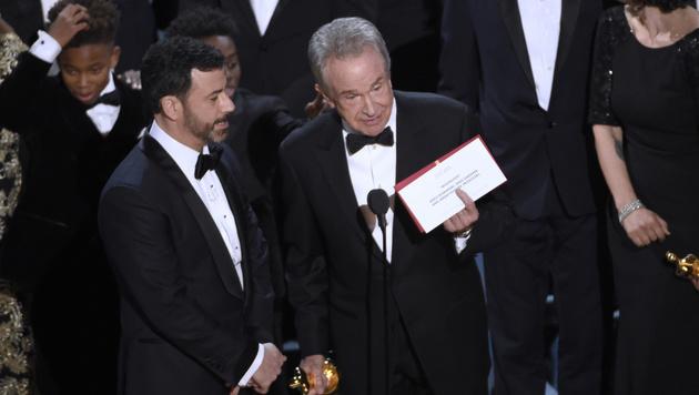 """Da steht ja """"Moonlight"""", nicht """"La La Land"""", bemerkte Warren Beatty schließlich seinen Irrtum. (Bild: Chris Pizzello/Invision/AP)"""