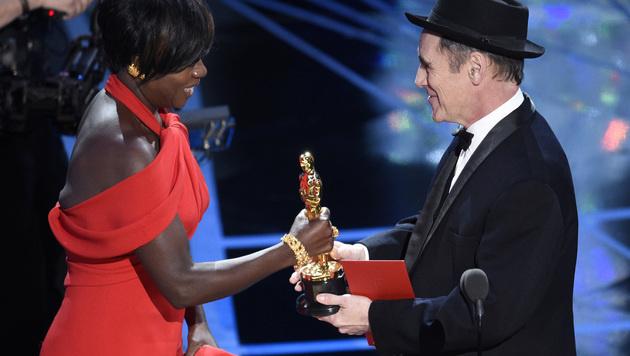 Mark Rylance übergab den Oscar an Viola Davis. (Bild: Chris Pizzello/Invision/AP)