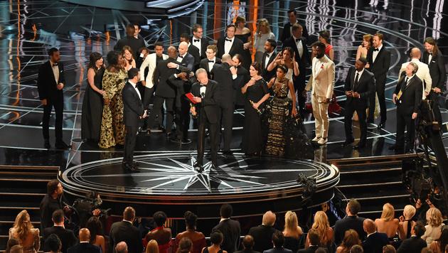 Ups! Warren Beatty verlas versehentlich den falschen Siegerfilm. (Bild: AFP)