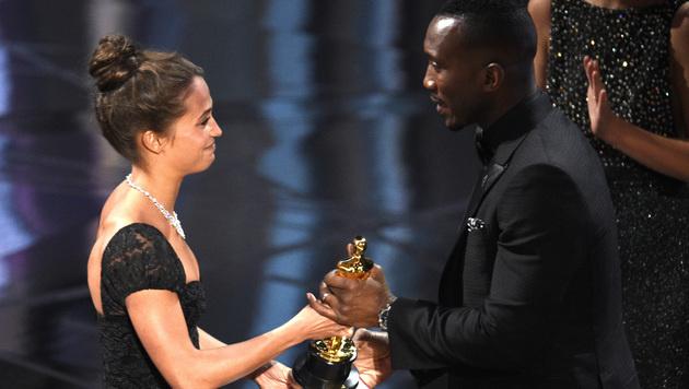 Alicia Vikander übergab den Oscar an Mahershala Ali. (Bild: Chris Pizzello/Invision/AP)