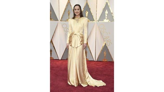 Dakota Johnson sah in Gucci aus, als hätte sie ihr Nachthemd an. Flop! (Bild: Jordan Strauss/Invision/AP)