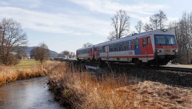 Die Mattigtalbahn fährt durch eine wunderschöne Landschaft. Pendler wollen aber rascher voran kommen (Bild: Daniel Scharinger)