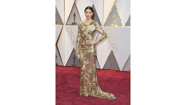 Jessica Biel machte in ihrer goldenen Robe von KaufmanFranco der Oscarstatuette Konkurrenz. (Bild: Jordan Strauss/Invision/AP)