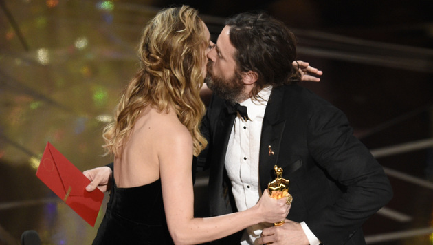Brie Larson gratulierte Casey Affleck. (Bild: Chris Pizzello/Invision/AP)