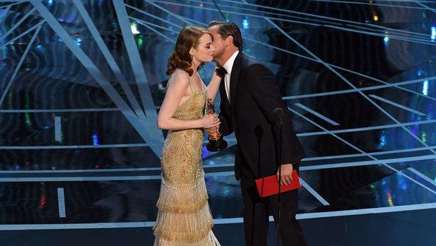 Emma Stone bekommt den Oscar überreicht. (Bild: AFP)