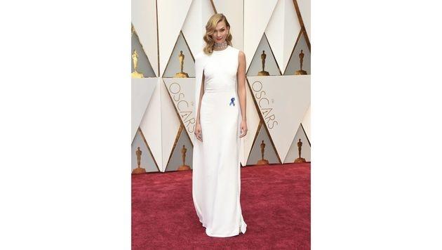 Karlie Kloss war in einer schlichten, weißen Robe von Stella McCartney ein echter Hingucker. (Bild: Jordan Strauss/Invision/AP)