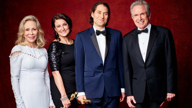 """Bester Film""-Preisträger Adele Romanski und Jeremy Kleiner mit Warren Beatty und Faye Dunaway (Bild: Hollywood Picture Press/face to face)"