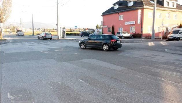 Keine Markierungen mehr am Kreisverkehr in Salzburg-Taxham (Bild: Krone)
