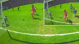 """Kicker-Tölpel verfehlt aus zwei Metern leeres Tor! (Bild: """"Krone"""")"""