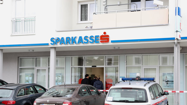 Die Sparkassen-Filiale in Kronstorf wurde kurz vor Mittag überfallen (Bild: FOTOKERSCHI.AT/KERSCHBAUMMAYR)