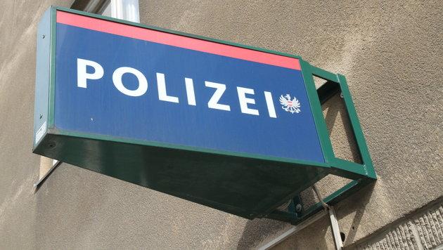 Die Polizei sucht nun nach dem fahrerflüchtigen Autolenker. (Bild: KRONEN ZEITUNG)
