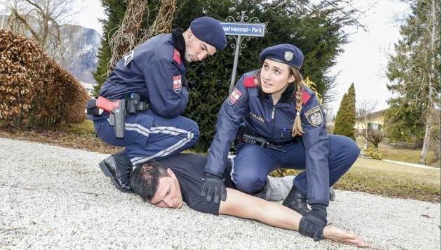 Eine simulierte Festnahme, durchgeführt von den Polizeischülern Julia, Luis und Mike (Bild: Markus Tschepp)