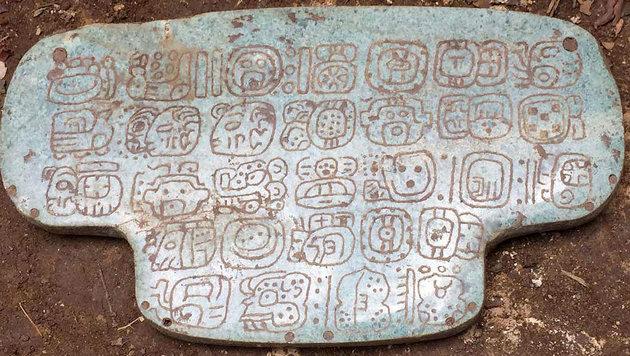 Die mit Hieroglyphen beschriftete Rückseite des Maya-Brustschmuckes (Bild: UC San Diego News Center)