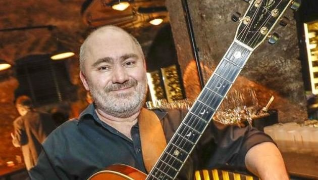 Musiker Harry Ahamer präsentierte sein neues Lied â01EDer Kühlschrankâ01C (Bild: Markus Tschepp)