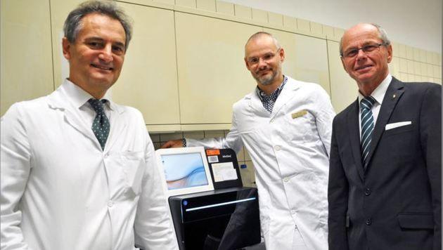 Primar Richard Greil, Oberarzt Daniel Neureiter (Institut f. Pathologie) & LH-Stv. Christian Stöckl (Bild: SALK)