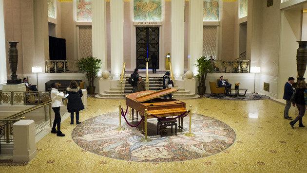 Eine der Lobbys mit einem historischen Klavier (Bild: GETTY IMAGES NORTH AMERICA/AFP)