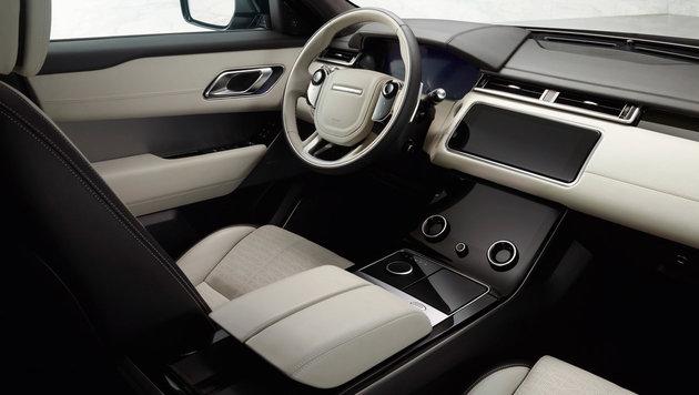 Hinter dem großen Volant moderne, digitale Instrumente; dazu Lenkradsteuerung mit Touch-Tasten (Bild: Land Rover)