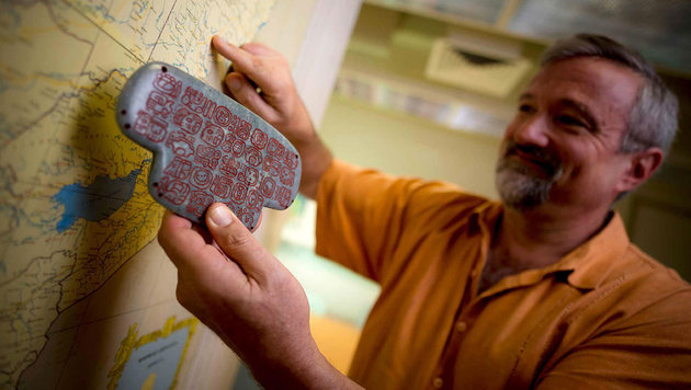Forscher Braswell mit einer Kopie des Jade-Brustschmuckes (Bild: UC San Diego Publications/Erik Jesper)