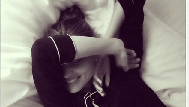 Miranda Kerr begrüßt den Tag - oder versteckt sie sich? (Bild: Instagram.com/mirandakerr)