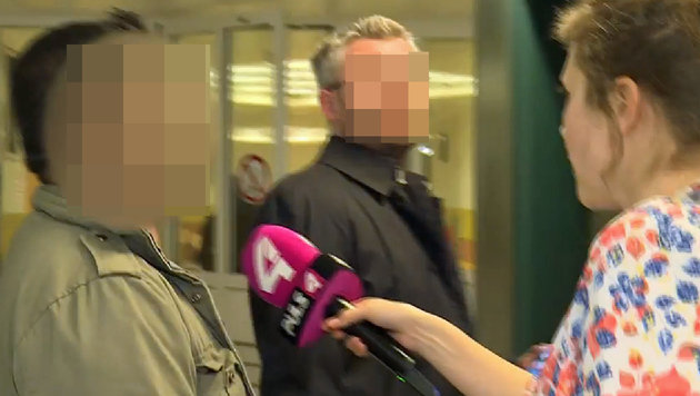 Der Flüchtlingshelfer (links) kritisierte knapp das Urteil und eilte zum Lift. (Bild: puls4.com)