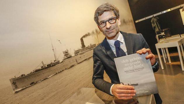 Martin Hochleitner mit dem zur Ausstellung erscheinenden Buch. (Bild: Markus Tschepp)