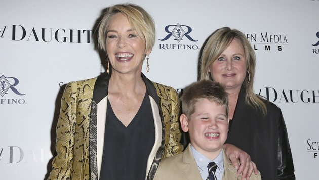 """Sharon und Kelly Stone mit Sohn Laird bei der """"Mothers And Daughters"""" Premiere in LA. (Bild: face to face)"""