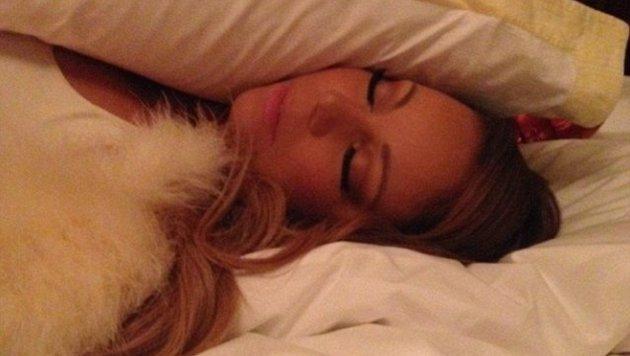 Mariah Carey liegt in feine Daunen gehüllt. (Bild: Instagram.com/mariahcarey)